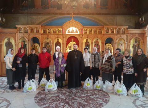 Нуждающимся вручили продуктовые наборы в Знаменском кафедральном соборе